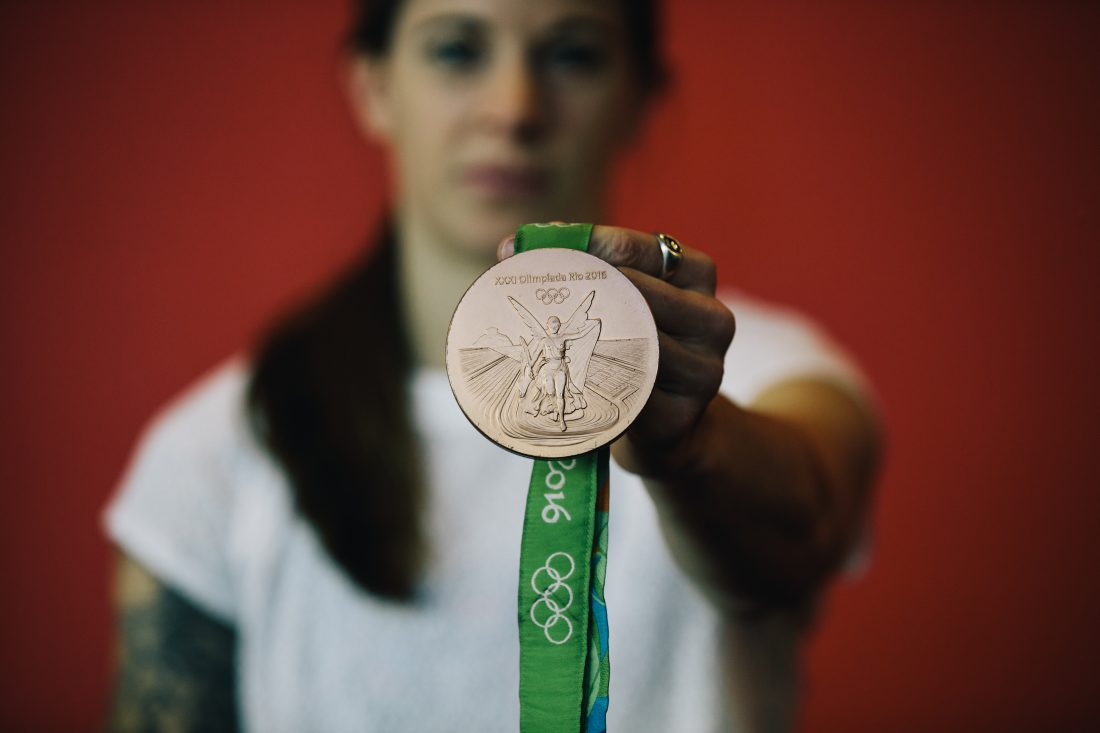 Stephanie Labbé montre sa médaille de bronze gagnée à l'épreuve du soccer féminin aux Jeux olympiques de Rio en 2016. (Photo: COC)