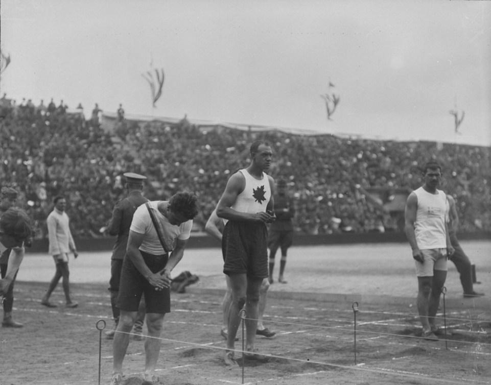 Army Howard se tient devant la piste d'athlétisme