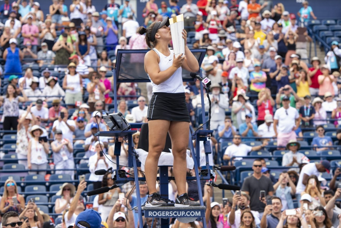 Bianca Andreescu embrasse son trophée de la Coupe Rogers 2019