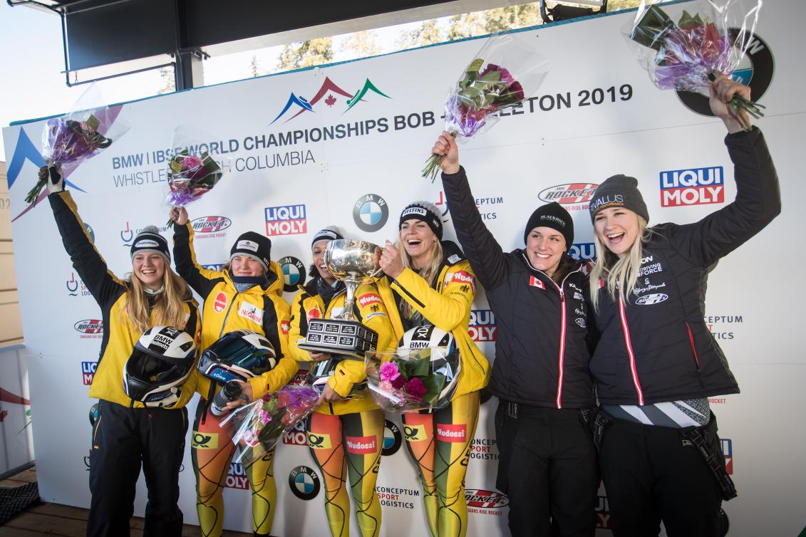 Les équipes gagnantes célèbrent sur le podium