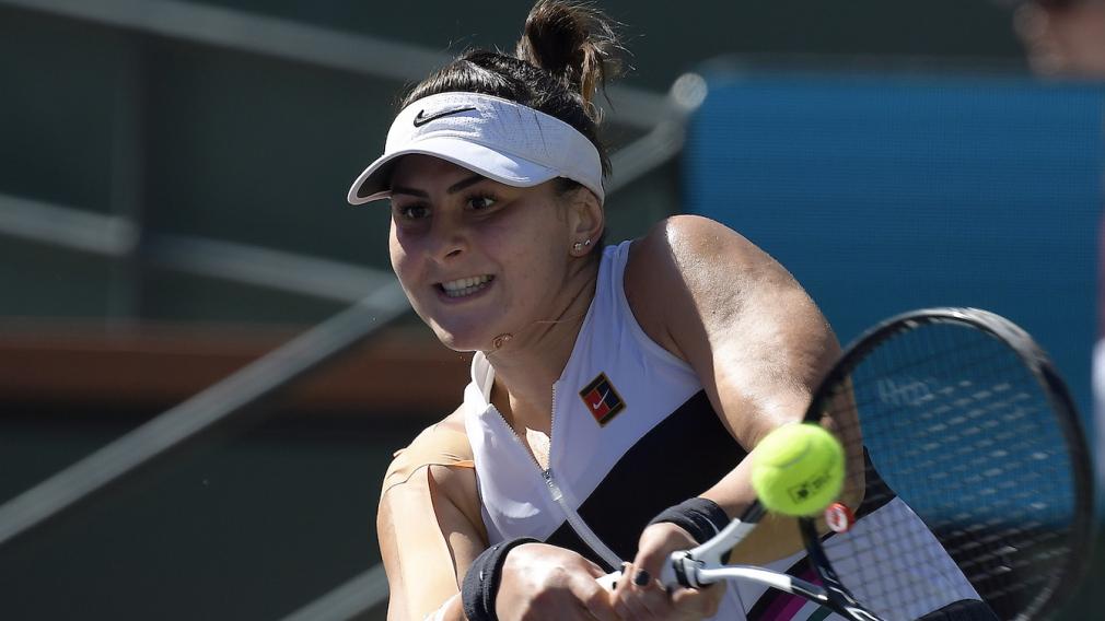 Bianca Andreescu frappe la balle.