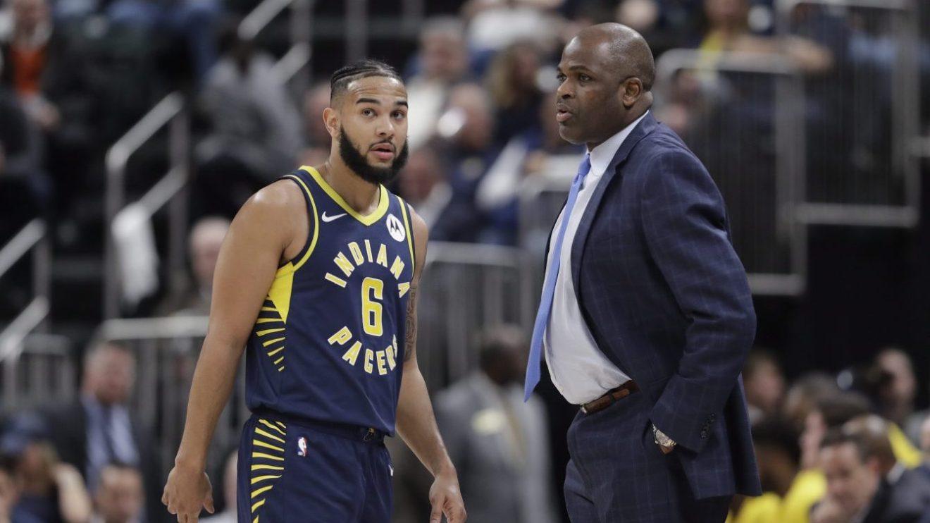Le Canadien Cory Joseph discute avec l'entraîneur-chef des Pacers d'Indiana Nate McMillan lors d'un match à domicile contre les Hornets de Charlotte.