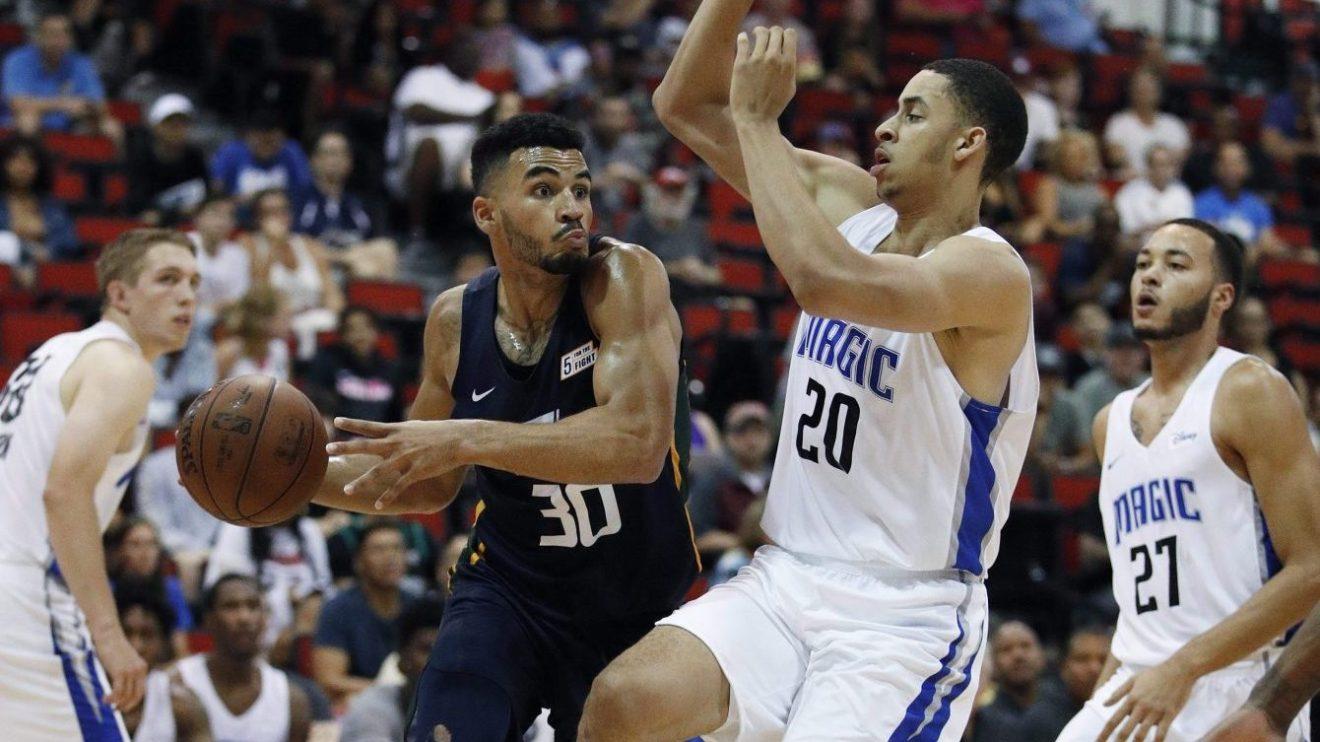Le Canadien Naz Mitrou-Long du Jazz de l'Utah passe le ballon contre le Magic d'Orlando lors d'un match de la ligue d'été de la NBA, le 12 juillet 2018, à Las Vegas.