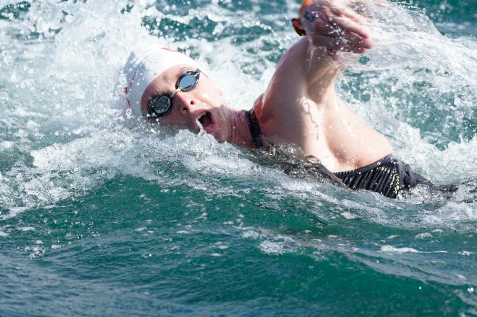 Une nageuse dans les vagues.