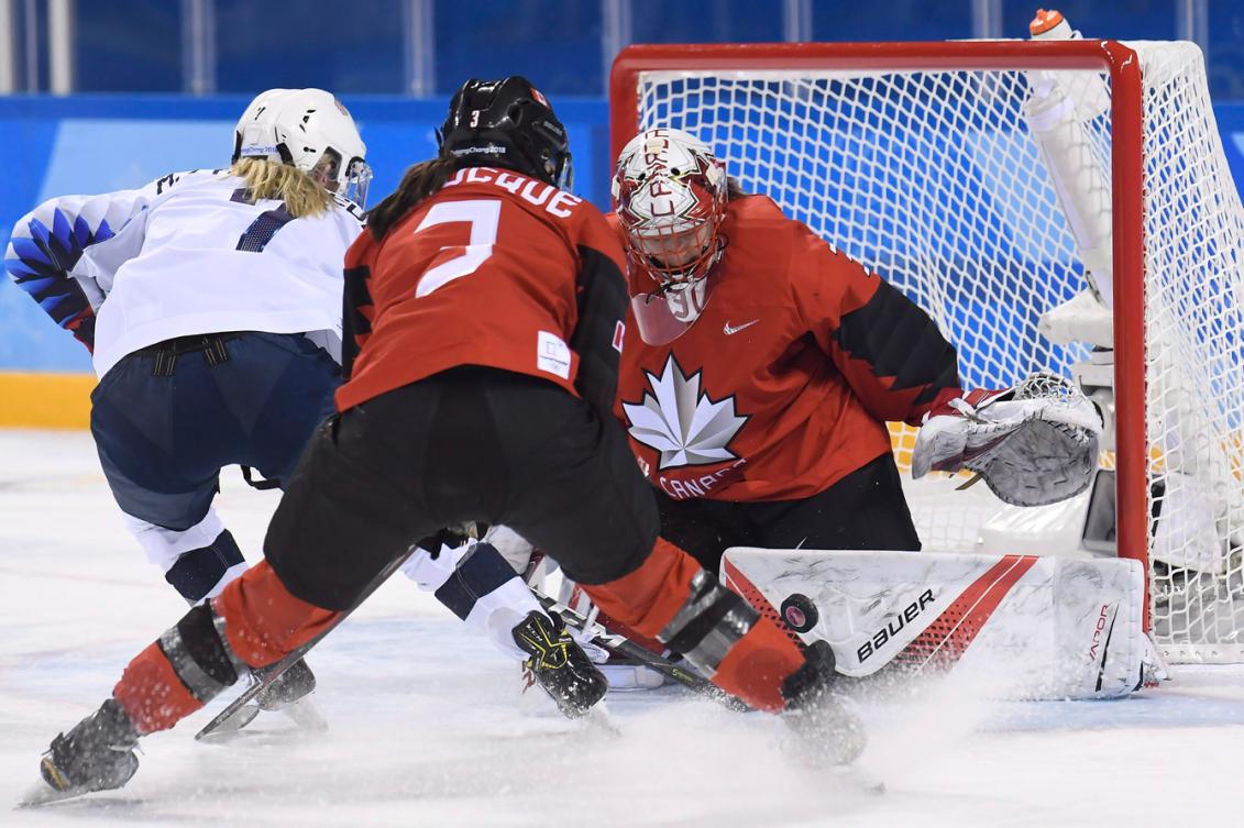 La gardienne Genevieve Lacasse (31) effectue un arrêt face aux Américaines lors des Jeux olympiques de PyeongChang 2018
