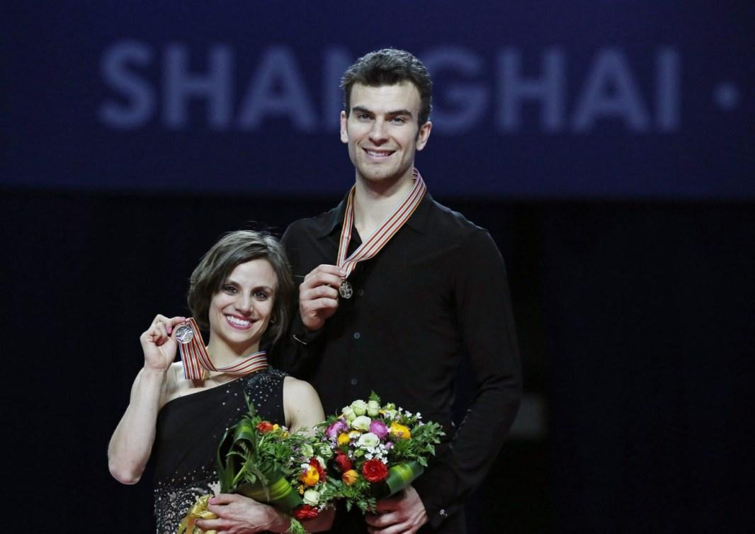 Meagan Duhamel et Eric Radford avec leur médaille d'or au cou aux Championnats du monde de patinage artistique 2015
