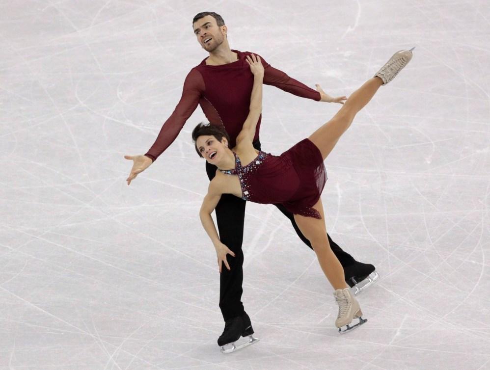 Les patineurs artistiques Meagan Duhamel et Eric Radford sur la glace lors de l'épreuve par équipe des Jeux olympiques de PyeongChang 2018