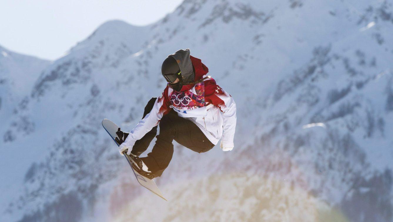 Spencer O'Brien agrippe sa planche en plein vol lors des Jeux olympiques de Sotchi en 2014.