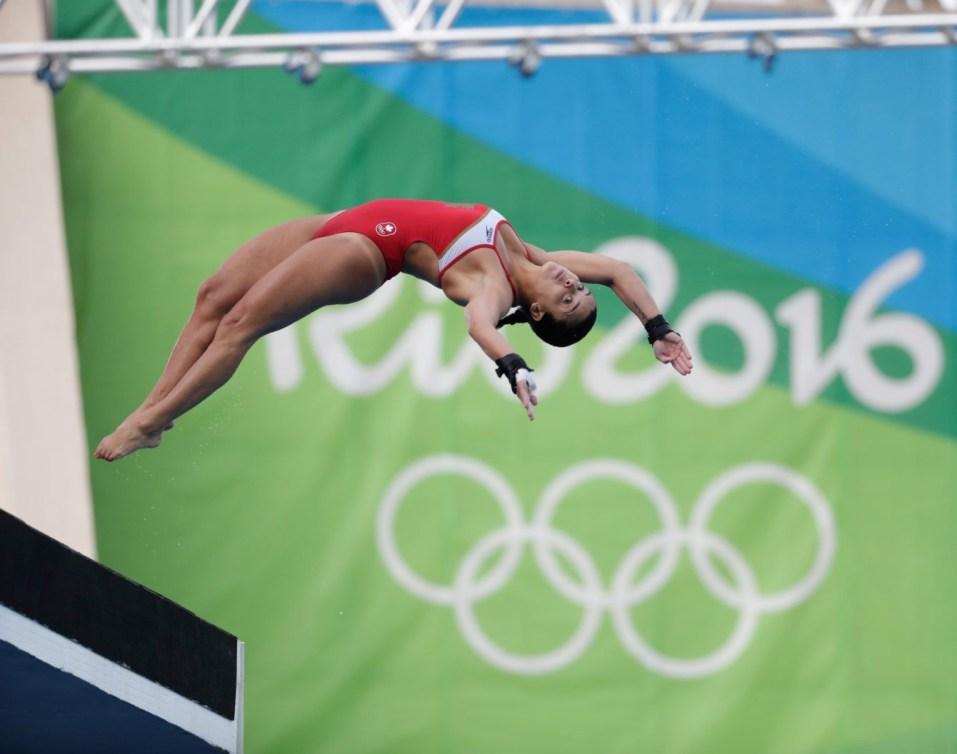 Une plongeuse saute de la tour de 10 m à Rio 2016