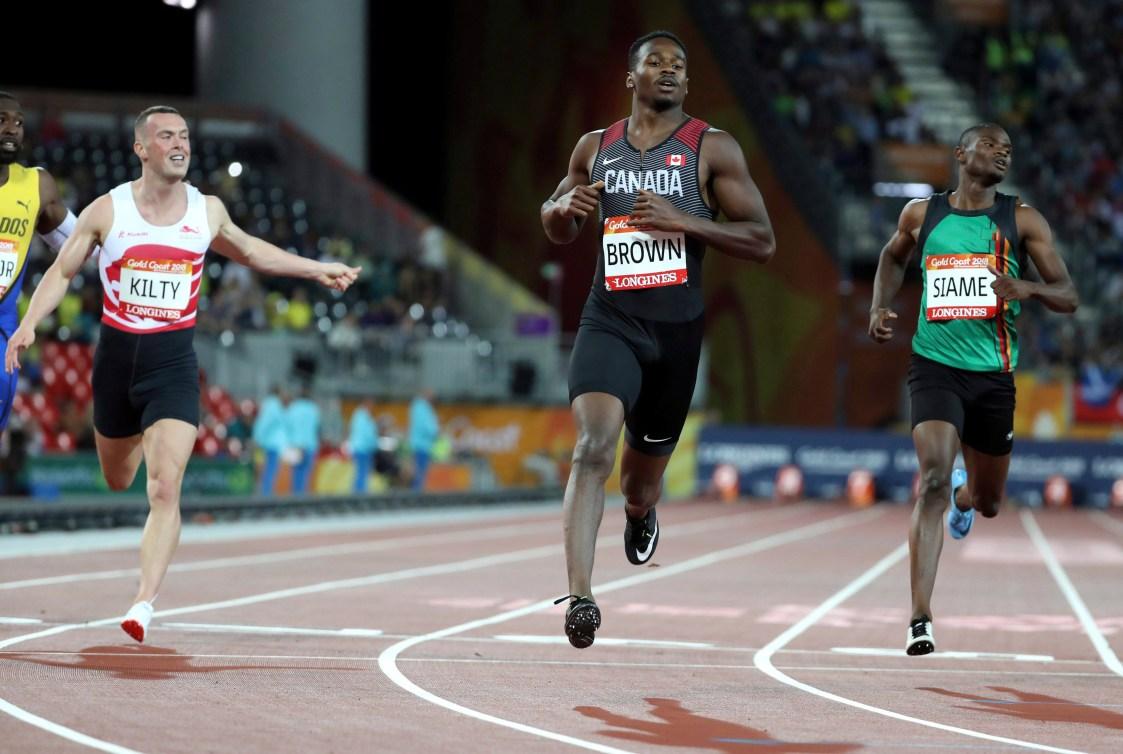 Aaron Brown devant ses compétiteurs au 200 m aux Jeux du Commonwealth de 2018