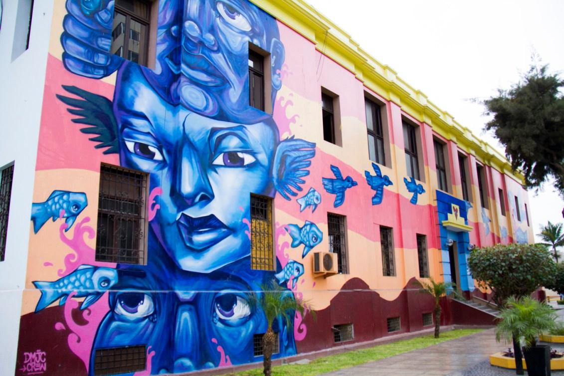Une fresque colorée sur un mur du quartier.