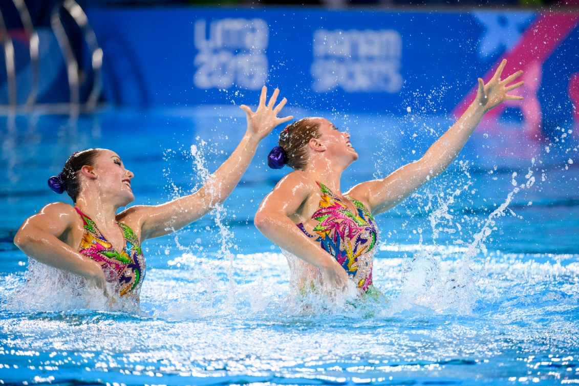 Jacqueline Simoneau et Claudia Holzner effectuent un mouvement dans la piscine