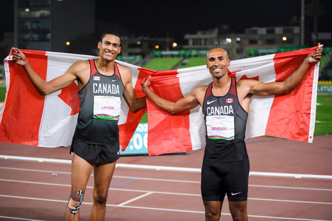 Pierce Lepage, à gauche, et Damian Warner posent avec leurs drapeaux du Canada
