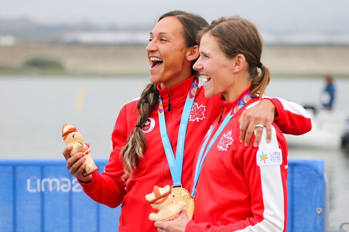 Jaclyn Stelmaszyk et Katherine Haber célèbrent leur médaille d'or en aviron à Lima 2019