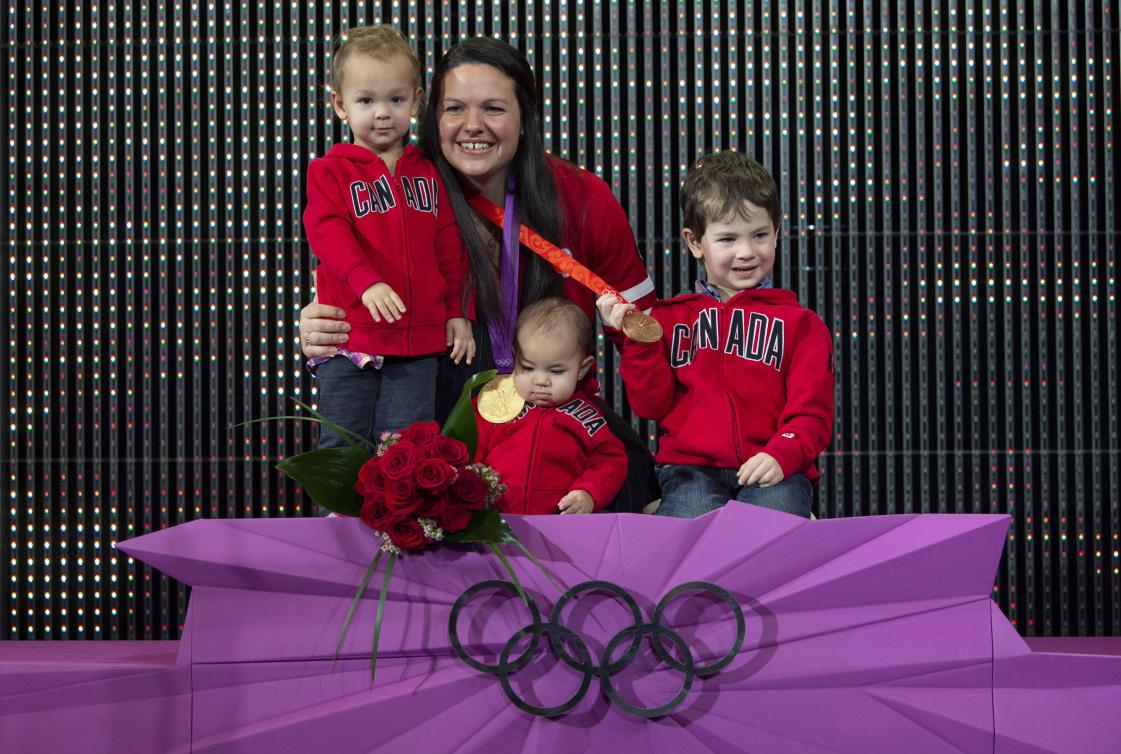 Christine Girard avec ses enfants sur le podium