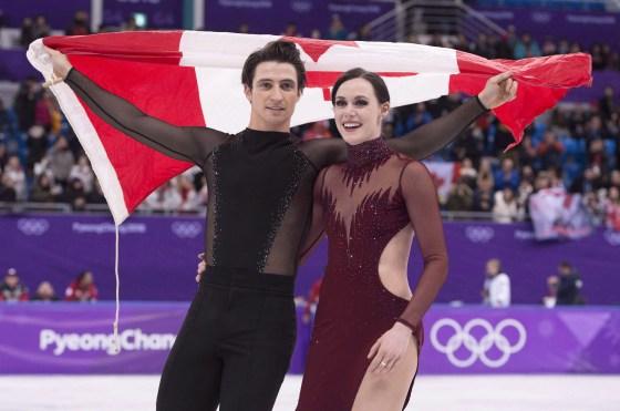 Scott Moir et Tessa Virtue font un tour de glace avec le drapeau canadien