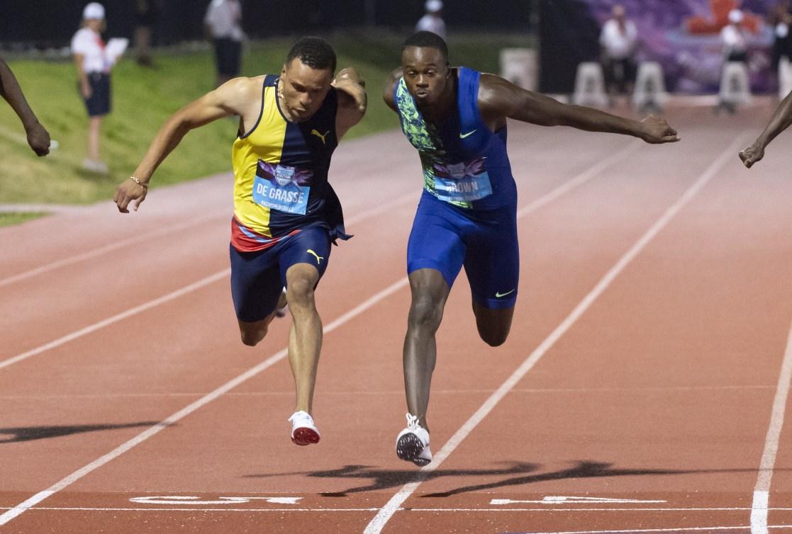 Andre De Grasse et Aaron Brown courent sur une piste d'athlétisme