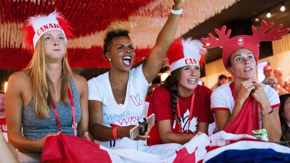 Quatre spectatrices encouragent Équipe Canada à la Maison olympique du Canada à Rio 2016.