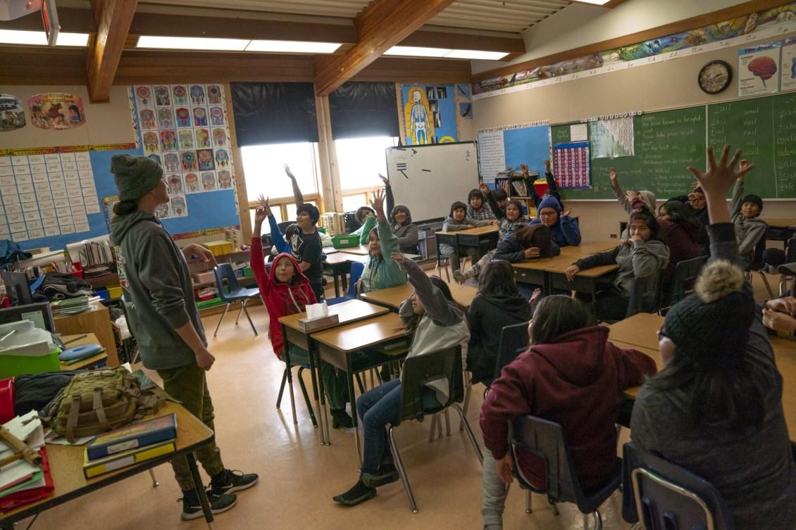 Mary Spencer donne une conférence dans une classe du primaire.