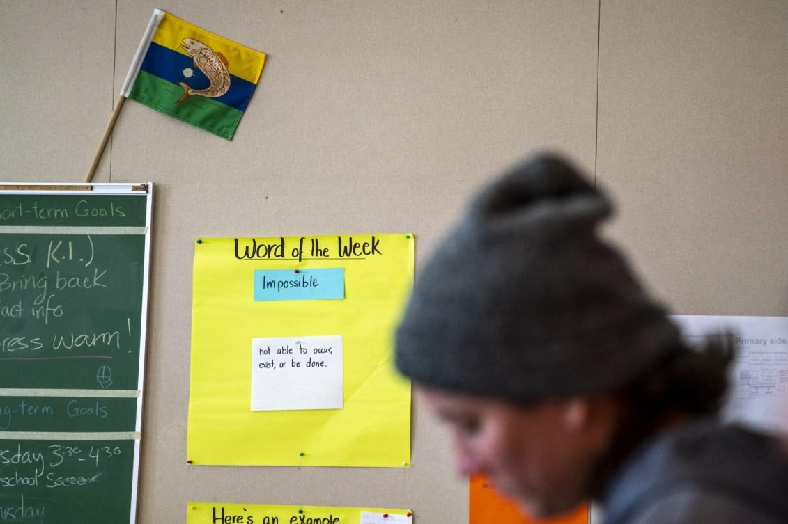 Derrière Mary Spencer, dans une école, une affiche indique que le mot de la semaine est « Impossible »