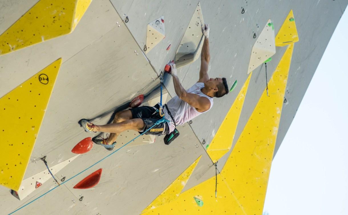 McColl grimpe sur le mur