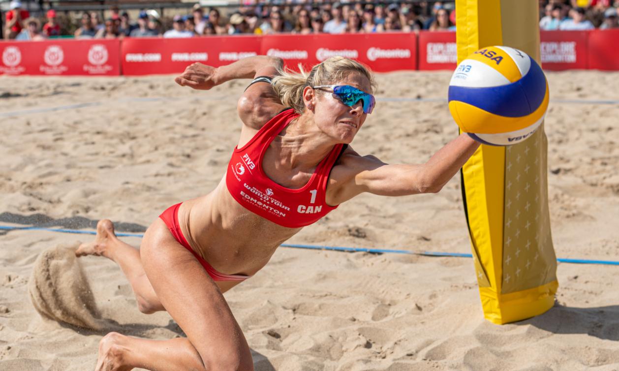 Sarah Pavan se jette au sol pour frapper le ballon lors d'un match de volleyball de plage
