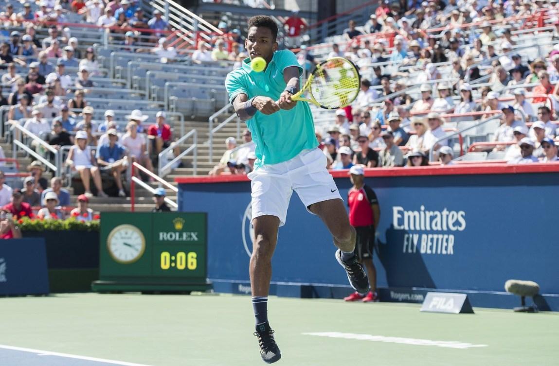 Un joueur de tennis remet une balle