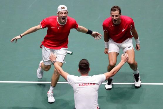 Denis Shpovalov et Vasek Pospisil célèbrent leur victoire contre l'Australie