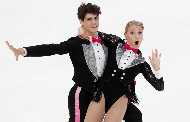 Piper Gilles et Paul Poirier font une pose comique lors d'une performance.