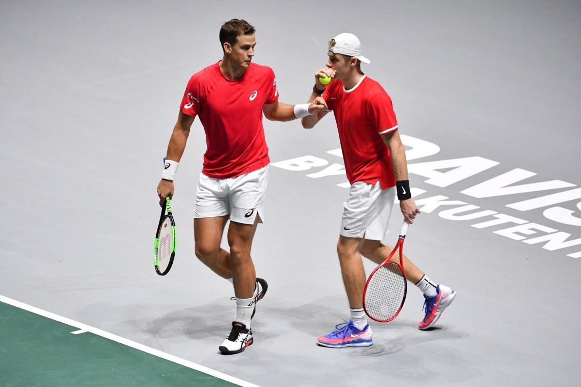 Pospisil et Shapovalov échangent après leur match de double à la Coupe Davis.