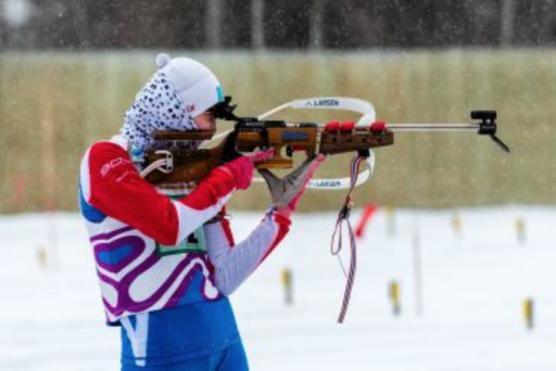 Athlète russe de biathlon tirant du fusil
