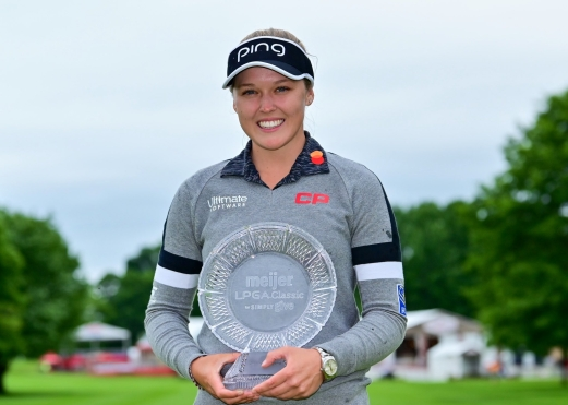 Brooke Henderson tient son trophée