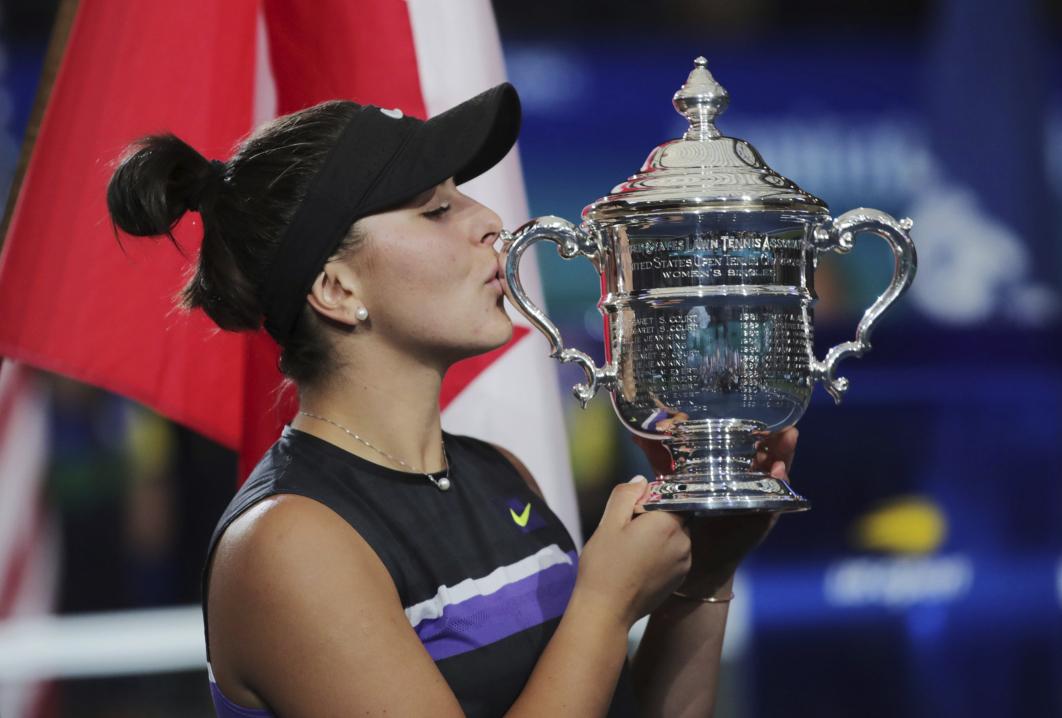 Andreescu ambrasse l'anse du trophée en forme de vase.