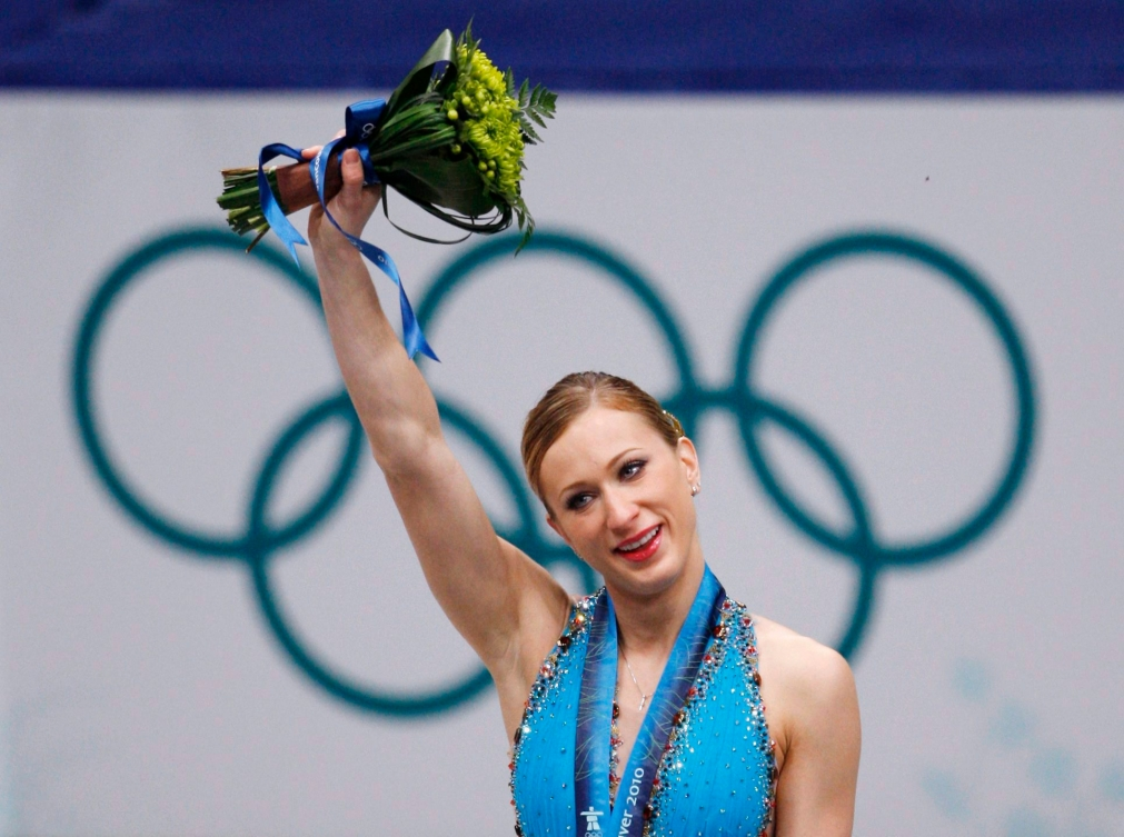 Joannie Rochette lève son bouquet de fleurs en l'air