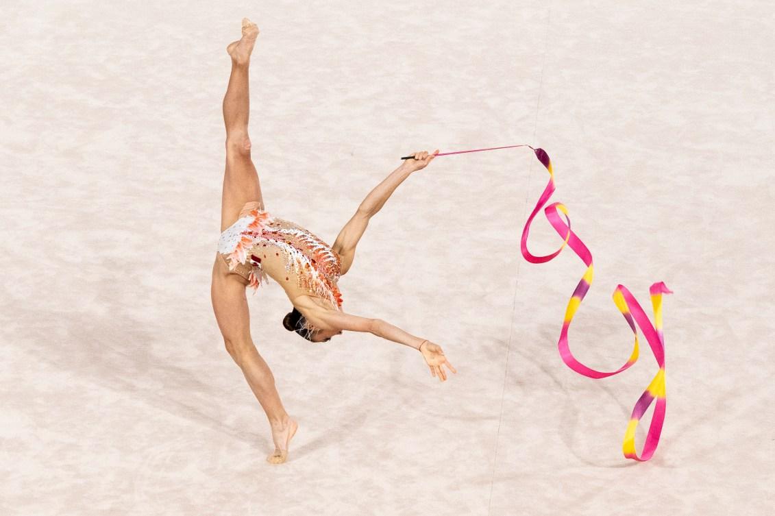 Katherine Uchida fait virevolter son ruban en faisant un épatant battement.