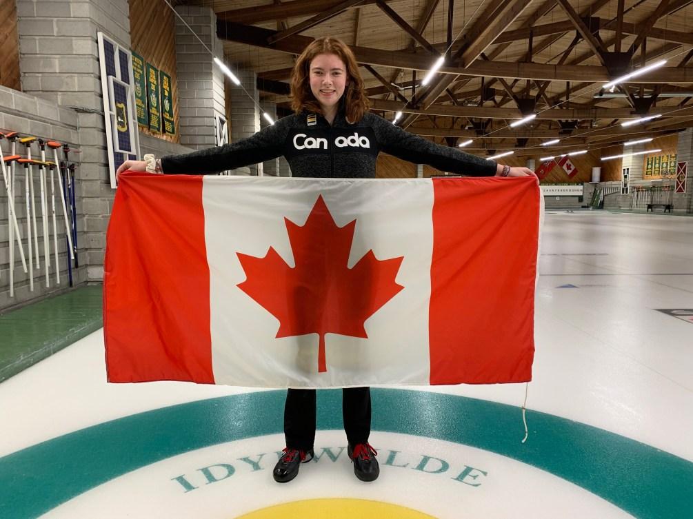 Lauren Rajaja tient le drapeau canadien