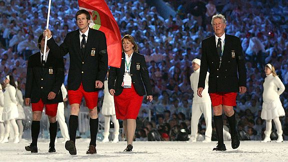 Les athlètes des Bermudes marchent dans le stade