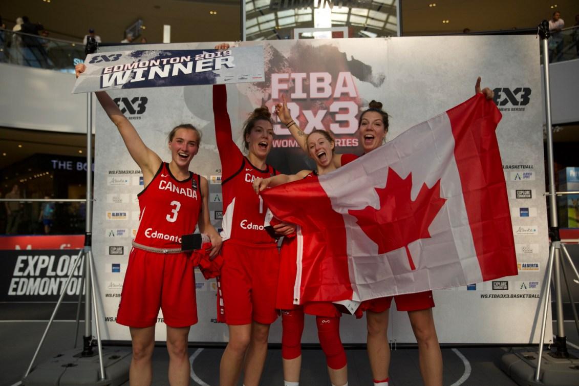 Quatre joueuses canadiennes posent, extatiques