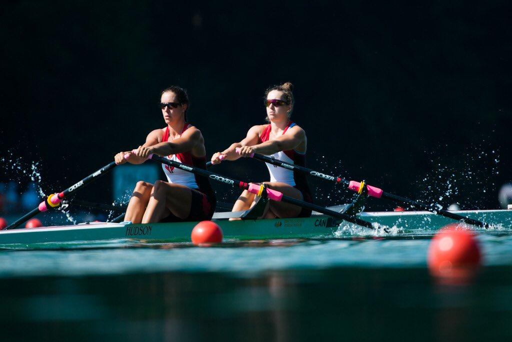 Deux athlètes canadiennes en aviron.