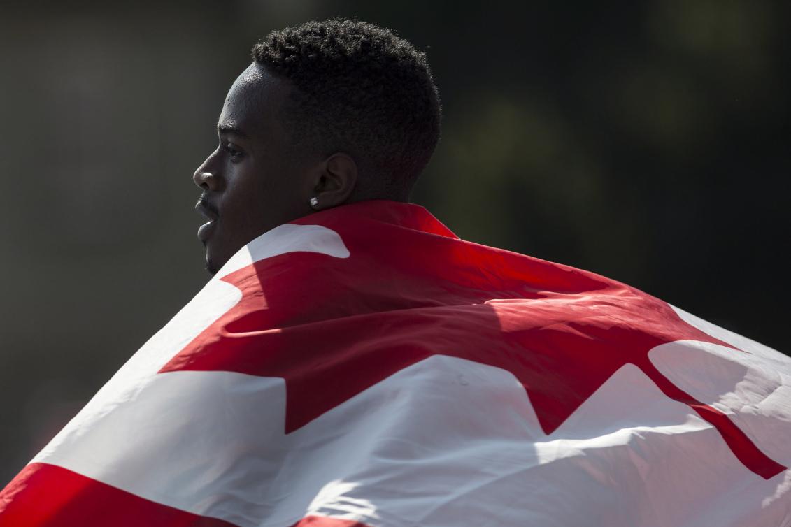 Aaron Brown porte le drapeau du Canada sur ses épaules