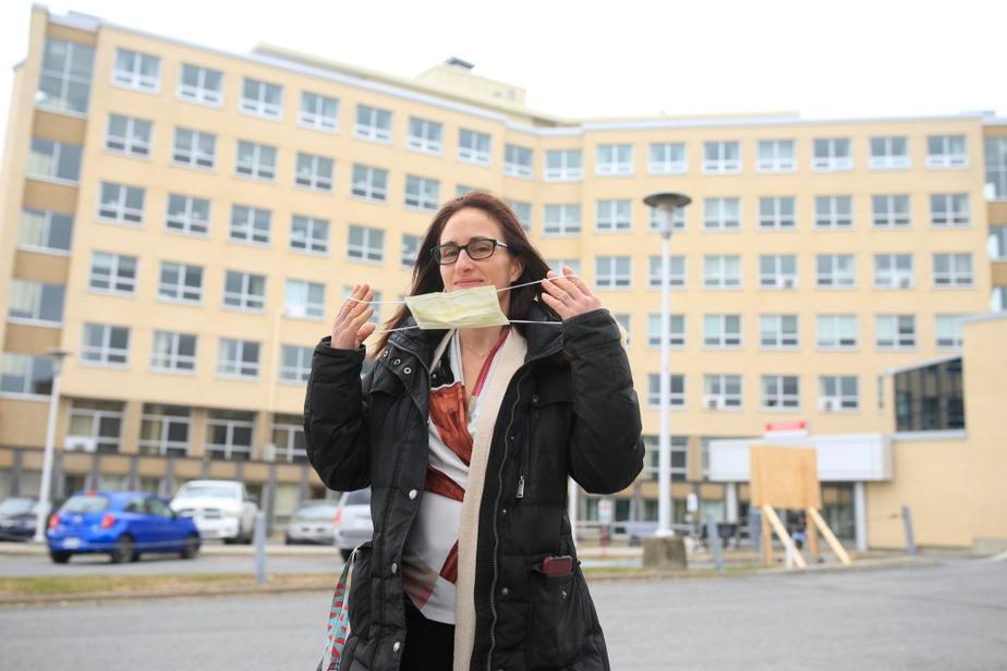 Maryse Turcotte pose devant l'hôpital Saint-Croix de Drummondville au printemps 2020.