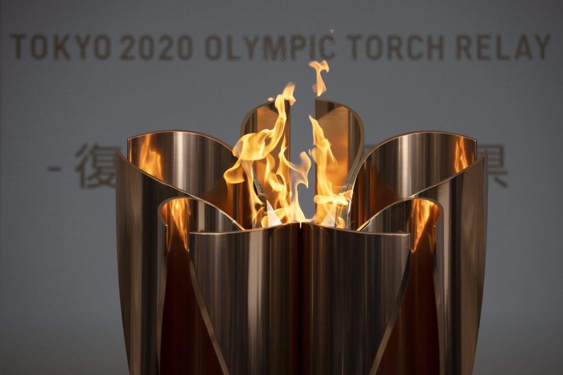 La flamme olympique dans un flambeau en forme de fleur